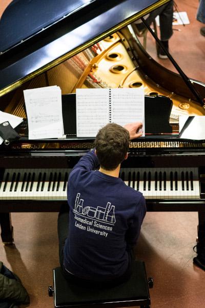 1 Pianist van boven kleur400x