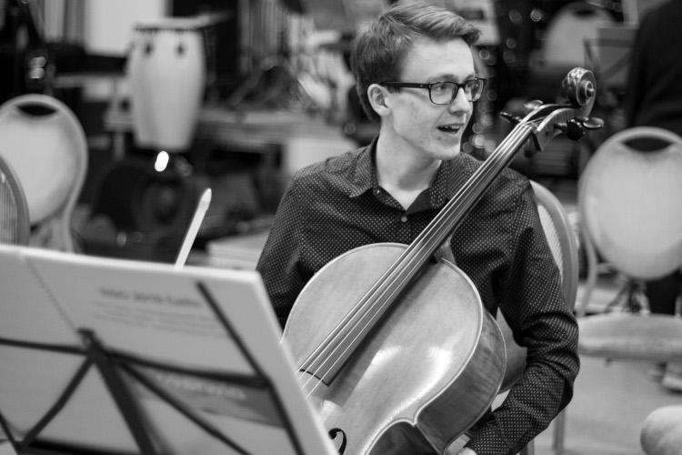 2 Evert Jan Hekkel man met cello zwart wit750x