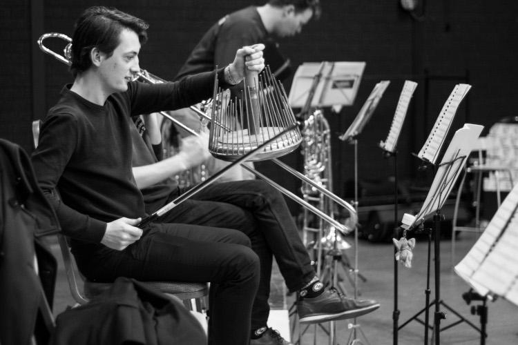 4 Jongen met bijzonder instrument zwart wit750