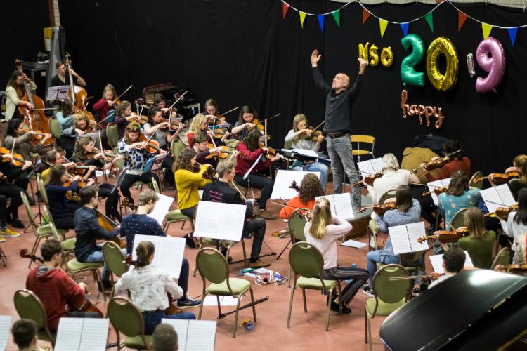 9 Overzichtsfoto dirigent handen in de lucht kleur750